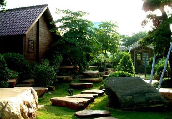 我现代别墅设计中,园林系统有屋顶花园,底楼花园,室内景观等形式不